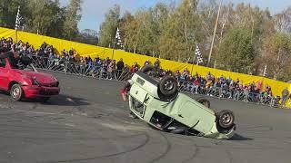 Каскадеры выполняют трюки с авто