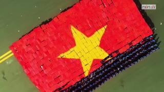 Clip  Hàng trăm bạn trẻ xếp hình cờ Tổ quốc   Video   PLO