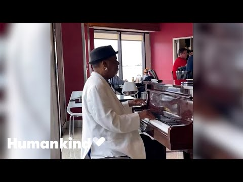Strangers tip airport pianist $60,000 | Humankind