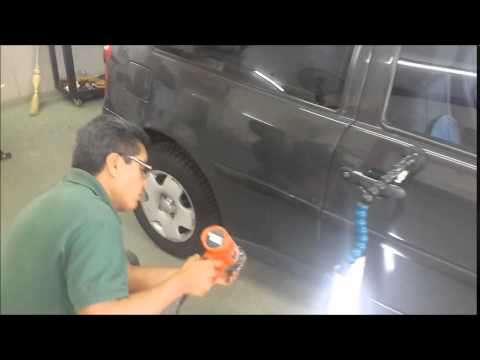 C mo quitar un bollo de un coche con un desatascador doovi - Quitar rayones coche facilmente ...