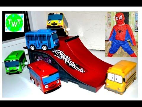 Тайо маленький автобус и чудо машинки прыгают с трамплина ...