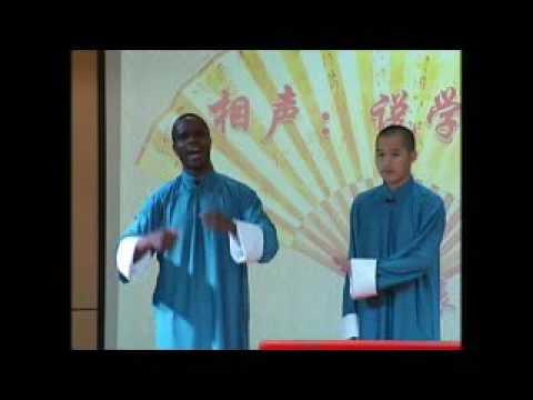 James Gérald THIAKPE en duo sur une scène de Comédie en chine
