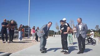 El alcalde de Vigo prueba una tabla de skate antes de la presentación de O Marisquiño