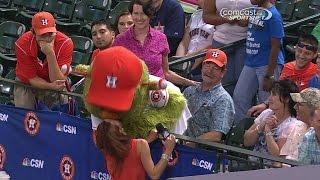 TEX@HOU: Orbit kisses Astros reporter Julia Morales