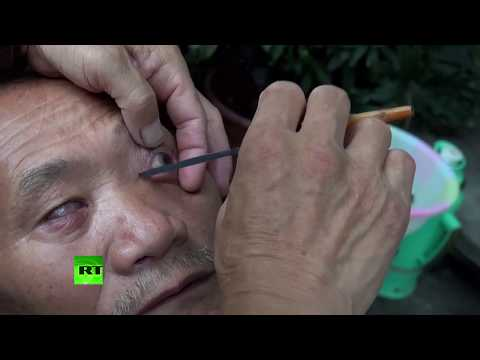 GRAPHIC: Chinese barber uses KNIFE to clean eyes in Chengdu