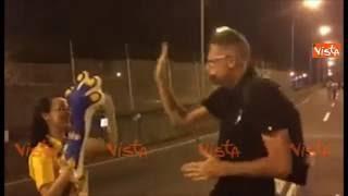 Olimpiadi Rio, Andrea Lucchetta scherza con una volontaria brasiliana