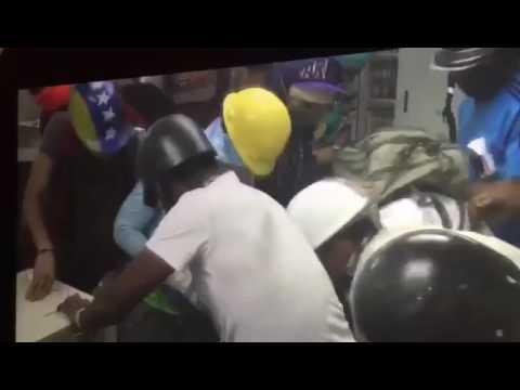 Destrozos en sucursal del Provincial. Chacao. Video de  @ElyangelicaNews