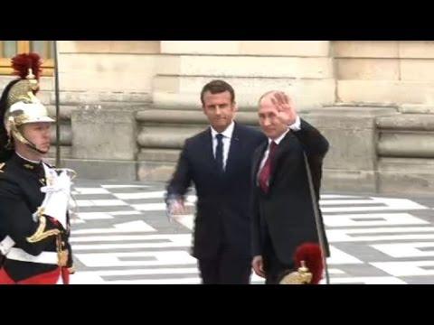 AFP: Poutine accueilli par Macron au Château de Versailles