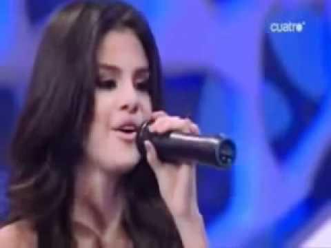 Selena Gomez canta Naturally in Spagnolo