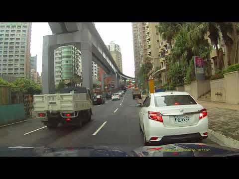 交通要道紅線未打燈任意停在車道上