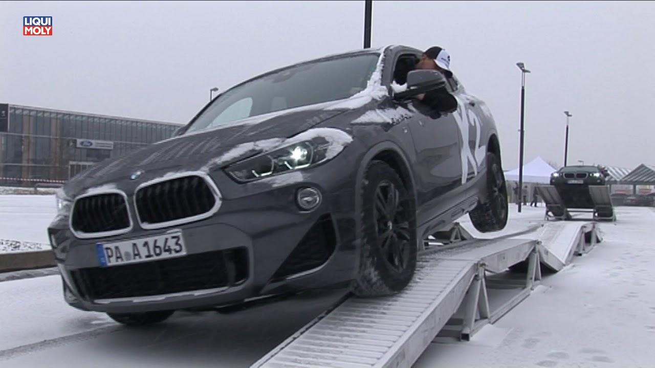 Onlinemotor Bmw X2 Auf Dem Geländewagenparcour Bei Eis Und Schnee