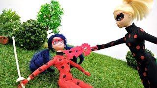 Видео с куклами - Дуэль Ледибаг и Антибаг - Суперкот помогает