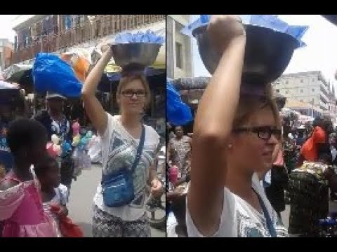 Une fille Blanche revendeuse d'eau glacée devient la sensation au grand marché de Lomé