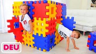 Vlad und Nikita spielen mit Spielzeugklötzen | Verstecken mit Mama