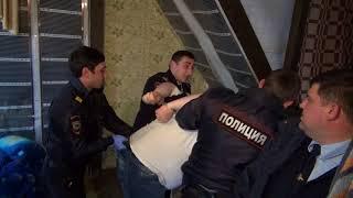 Обыск дома в Сочи, в котором полиция обнаружила схрон с оружием и боеприпасами.