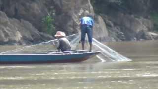 中国雲南省澜沧县 メコン川の漁師 あまり魚は捕れていません。
