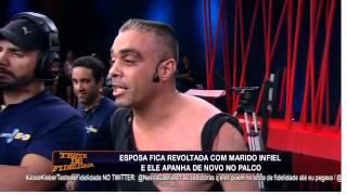 Teste de Fidelidade: Revoltada, mulher bate e rasga roupa de infiel no palco