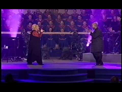 "Sandi Patty canta ""My God Is Real"" com Brian McSee"