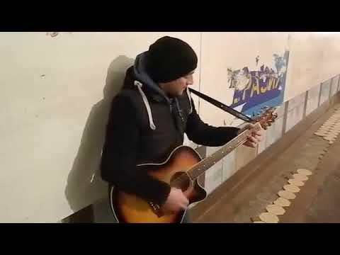 Музыка-огонь в холодном подземном переходе!