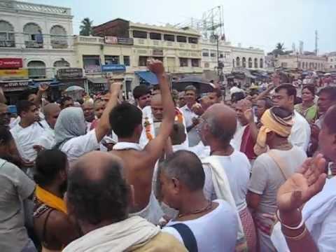 Pathbari Vaisnavas lead kirtan on the way to clean the Gundicha Mandir