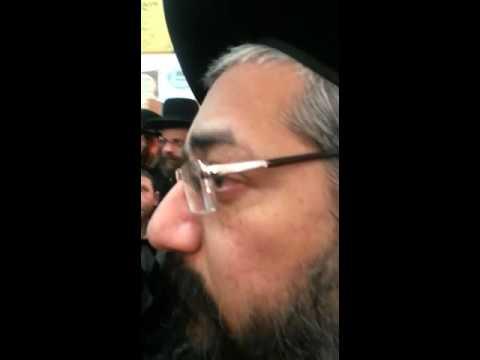 """""""צא טמא"""": צילם ברית בבית הכנסת וחטף צעקות"""