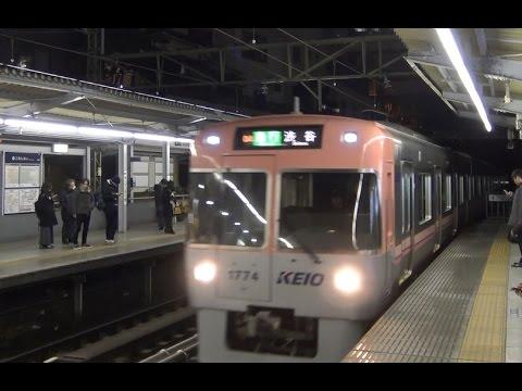 夜の京王明大前駅に到着する井の頭線急行1000系サーモンピンク色