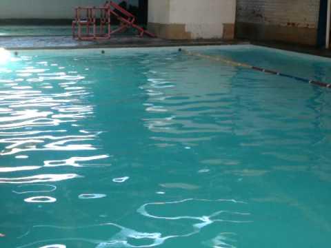 lucas vieira atravessa piscina funda