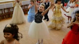 доча потеряла туфлю и дальше танцует