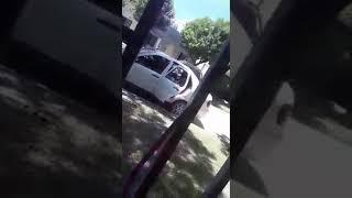 VIDEO. Una mujer le destrozó el auto a martillazos a su ex pareja y lo amenazó