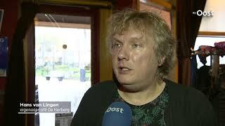 Beelden van man die met hakbijl café in Ommen aanvalt