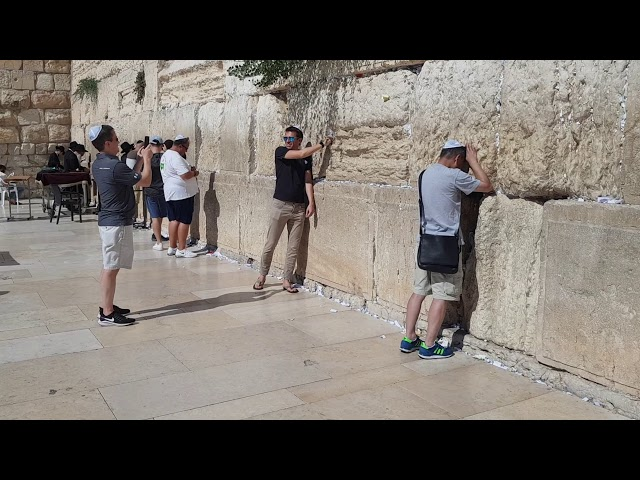 The Western Wall (Wailing Wall) Jerusalem cracks?