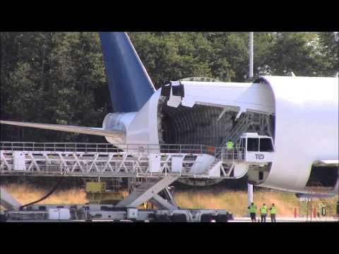 Unloading A 747 Dreamlifter