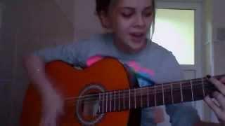 """Девушка классно играет на гитаре и поет """"на 7-ом этаже"""""""