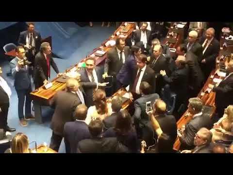 Assista ao momento em que Renan Calheiros e Tasso Jereissati quase saem no tapa no Senado