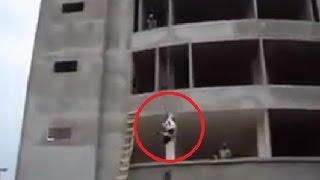 عامل بناء بطريقة خطيرة وذكية يقوم برفع الاسمنت الى الطابق الثالث