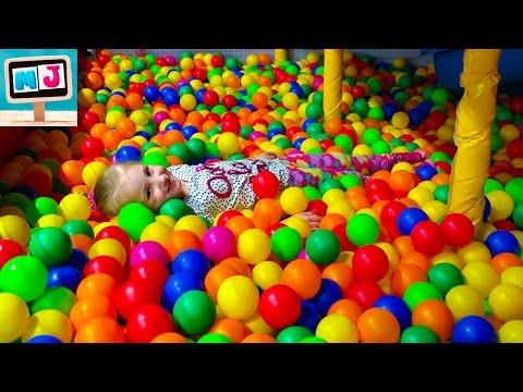 Детские горки, шарики, игрушки, аттракционы в развлекательном детском центре. Fun Center for Kids