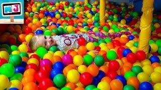 Детские горки, шарики, игрушки, аттракционы в развлекательном детском центре. Fun Center for Kids(, 2016-08-12T15:35:43.000Z)