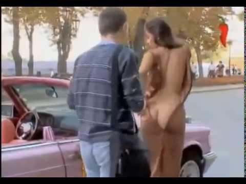 Shock cô gái cởi áo giữa phố