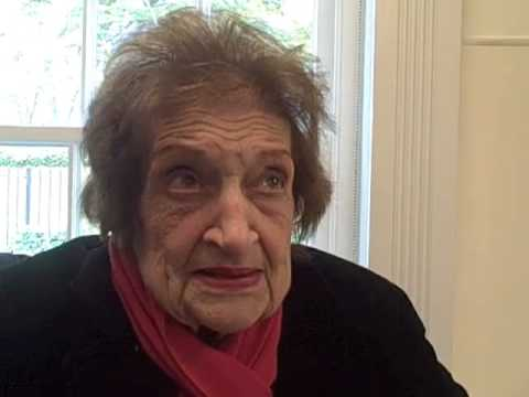 Helen Thomas returns to White House