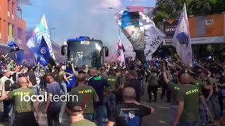 Festa Scudetto Inter, l'arrivo del pullman a San Siro: l'euforia dei tifosi