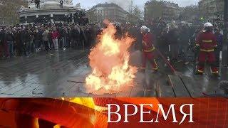 Париж готовится к массовым беспорядкам - к «желтым жилетам» присоединилась протестующая молодежь.