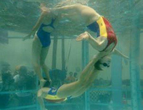 China sync swimming wows HK