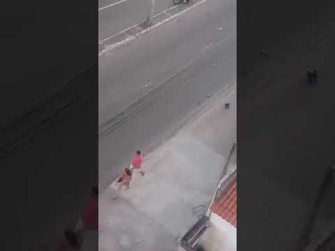 Mulher armada impede linchamento de torcedor do Ceará por torcedores do Fortaleza