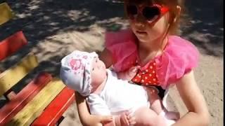 Лиза на прогулке с куклой Lily berenguer и коляской Lily adbor