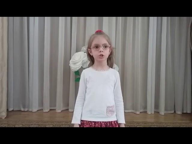 Изображение предпросмотра прочтения – АнастасияТимченко читает произведение «Мышка сушек насушила» (Русский фольклор )