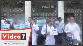 بالفيديو.. أطباء التكليف ينظمون وقفة احتجاجا على تنسيق المستشفيات التعليمية