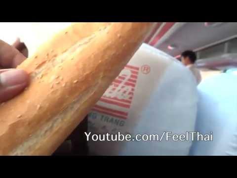 ขนมปังร้อนๆ  ขายในรถทัวร์เวียดนาม