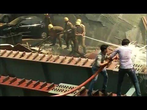Al menos 21 muertos por el derrumbe de un puente en la India