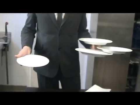 Come Portare I Piatti Cameriere.Come Portare Tre Piatti In Una Mano Cameriere Youtube