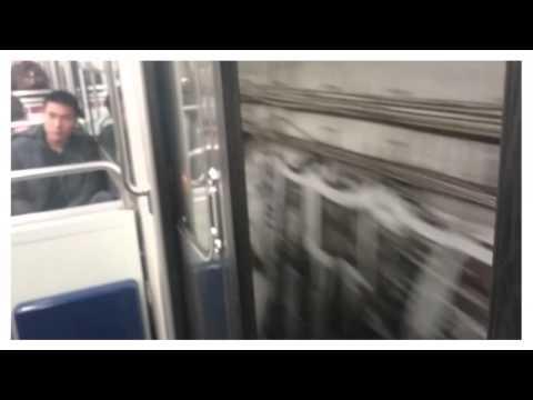 Un métro parisien roule avec les portes ouvertes